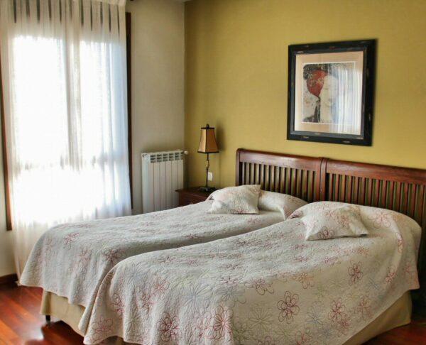 Habitación del hotel rural Villa Mencía en Corullón, en el Bierzo leonés