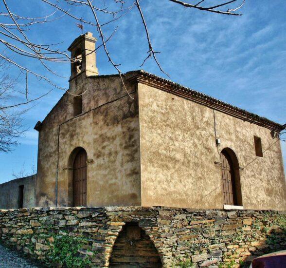 Ermita en Villarreal de San Carlos en el parque nacional de Monfragüe