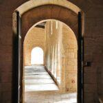 Acceso al segundo claustro gótico del Monasterio de Santes Creus