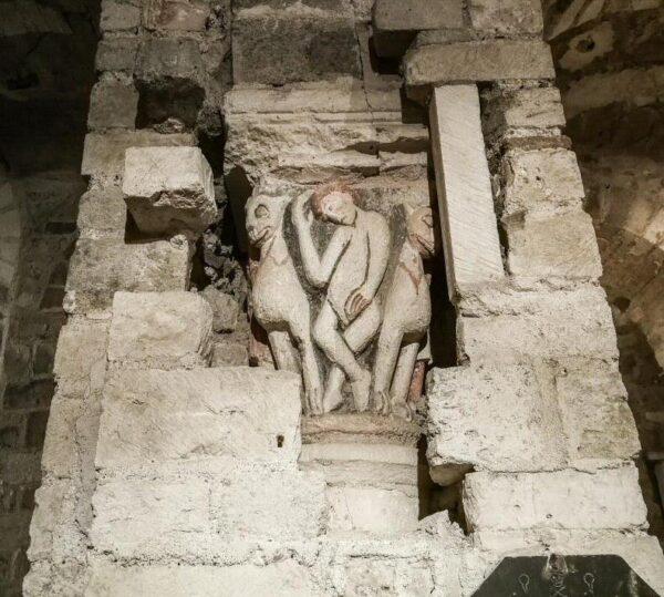 Columna románica en Cripta de Saint Aignan en Orleans