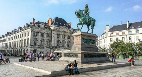 Estatua ecuestre de Juana de Arco en la plaza de Martroi en Orleans