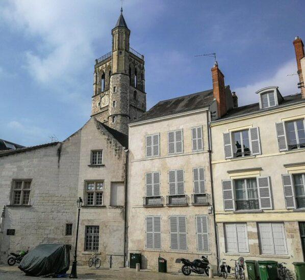 Torre Belfroi en centro histórico de Orleans en Valle del Loira