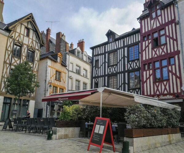 Casas entramadas en centro histórico de Orleans en Valle del Loira