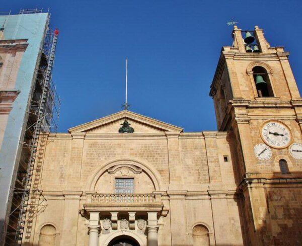 Fachada de la Concatedral de San Juan en La Valeta en Malta