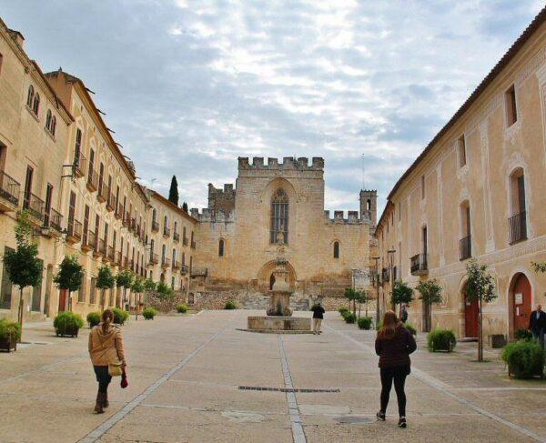 Patio de entrada al Monasterio de Santes Creus en Cataluña