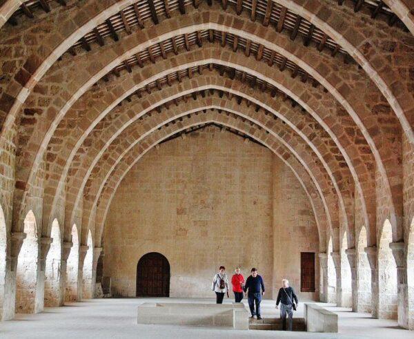 Dormitorio de monjes en Monasterio de Santes Creus en Cataluña
