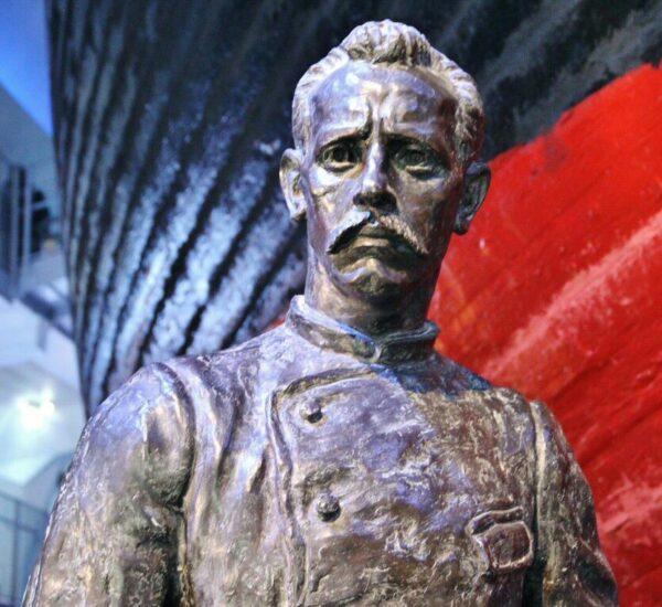 Estatua de Amundsen en el museo Fram de Oslo
