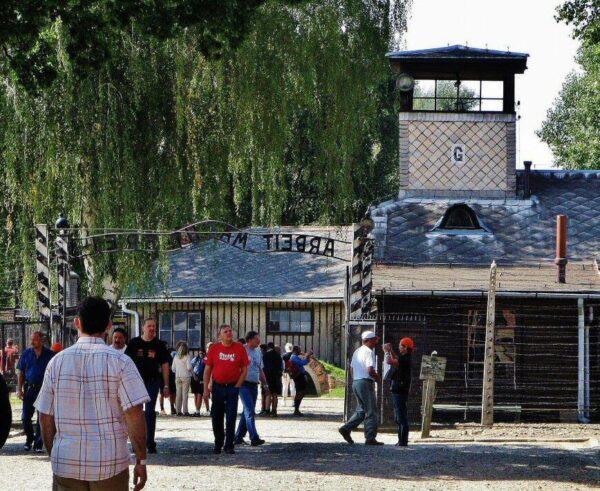 Entrada al memorial del antiguo campo de concentración Auschwitz I