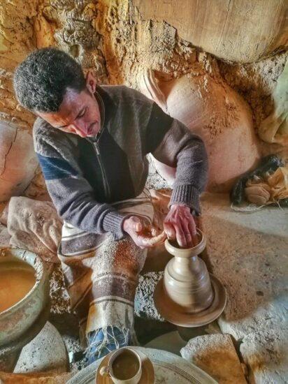 Artesano alfarero en la isla de Djerba en Túnez