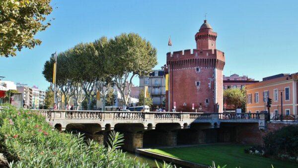 Castillet en el centro histórico de Perpiñán al sureste de Francia