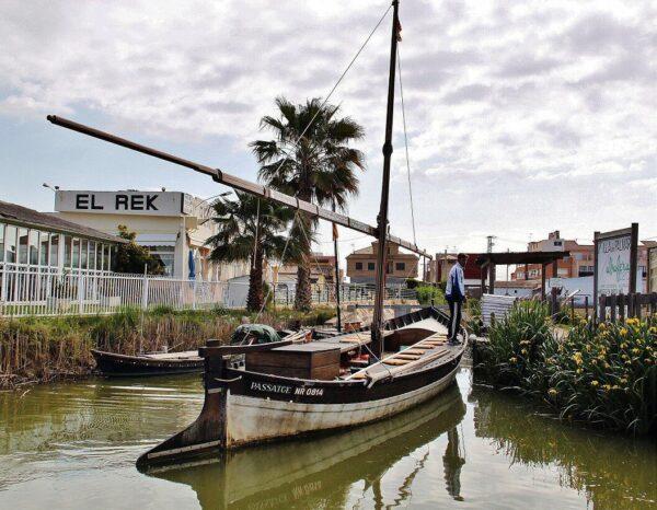 Barcaza tradicional en Albufera de Valencia