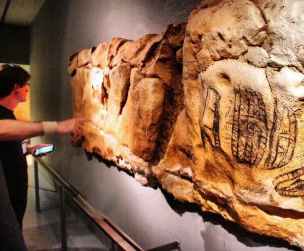 Réplica de grabados en la Neocueva de Altamira en Cantabria
