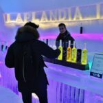 Bar de hielo en Snowman World en Santa Claus Village en Rovaniemi