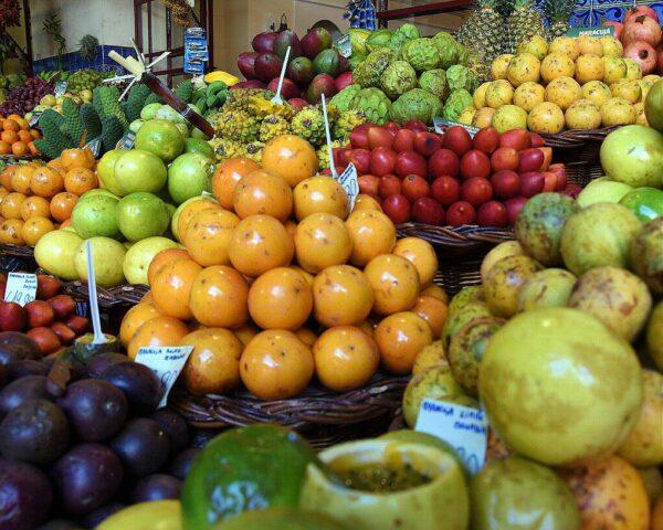Gran variedad de maracuyás en mercado de Madeira