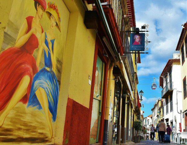 Puertas pintadas en el barrio antiguo de Funchal en Madeira