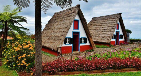 Casas típicas de Madeira en la población de Santana