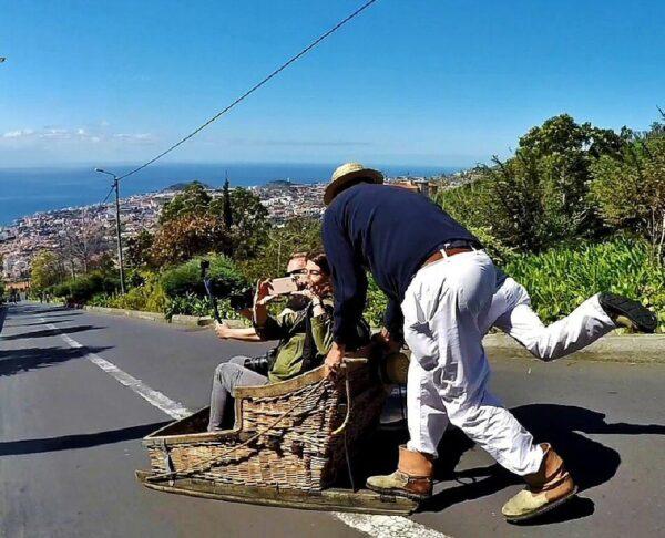 Típicos carros de cesto en la isla de Madeira en Portugal