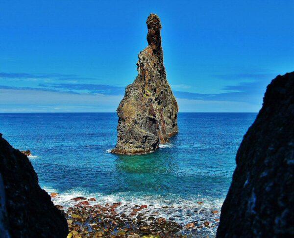 Formación rocosa Ilhéus da Ribeira da Janela en la isla de Madeira