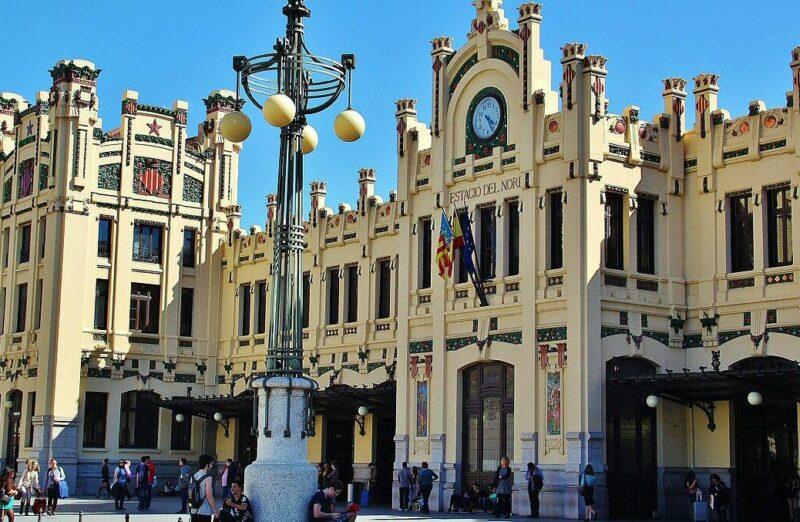 Edificio modernista de la estación del Norte en Valencia