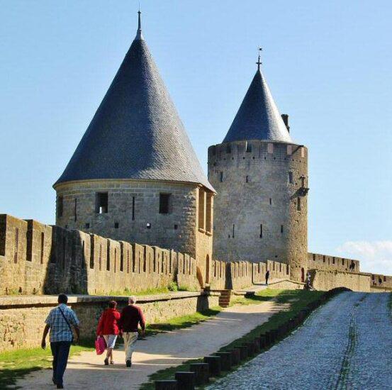 Liza entre las murallas de la Ciudadela de Carcasona al sur de Francia