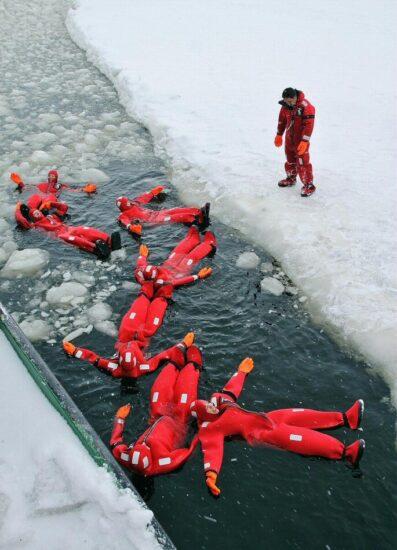 Baño en el mar Báltico helado en el crucero del rompehielos Sampo en Finlandia