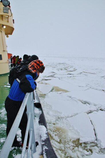 Cortando hielo en el crucero del rompehielos Sampo