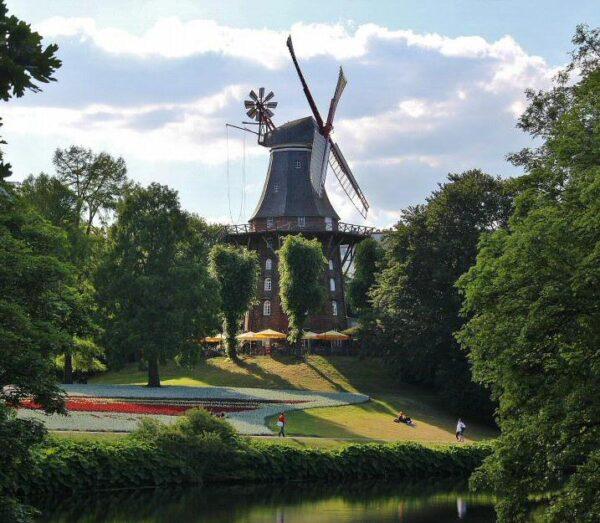 Molino en un parque del centro de Bremen en Alemania
