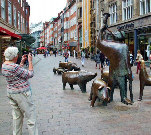 Esculturas en una calle comercial de Bremen en Alemania
