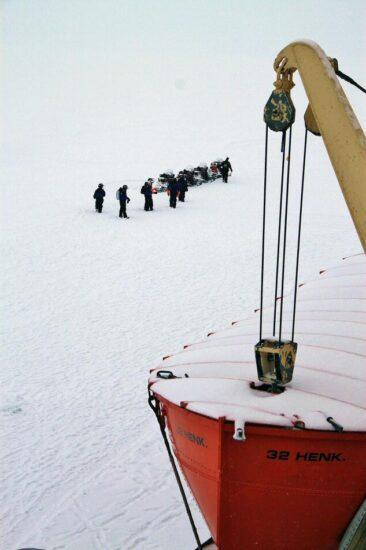 Llegada de turistas al rompehielos Sampo en Laponia en Finlandia