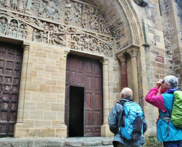 Pórtico del Juicio Final en la abadía románica de Conques en Aveyron