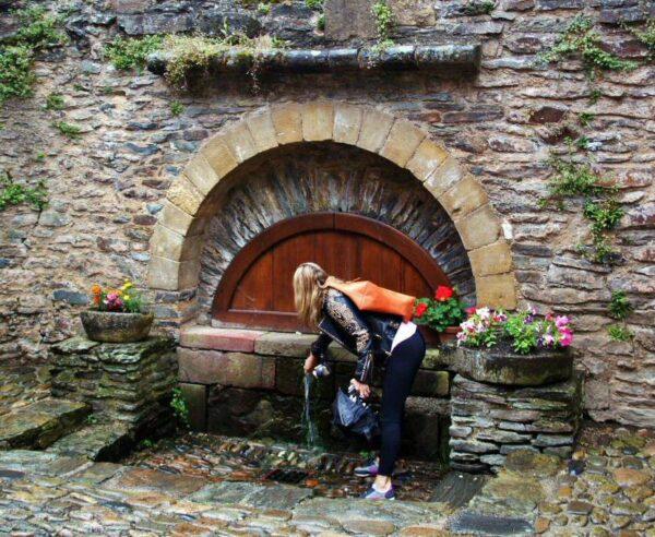 Fuente de Plo en el pueblo medieval de Conques al sur de Francia