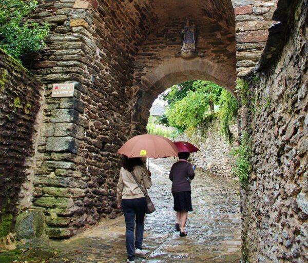 Puerta de Barry en el pueblo medieval de Conques al sur de Francia