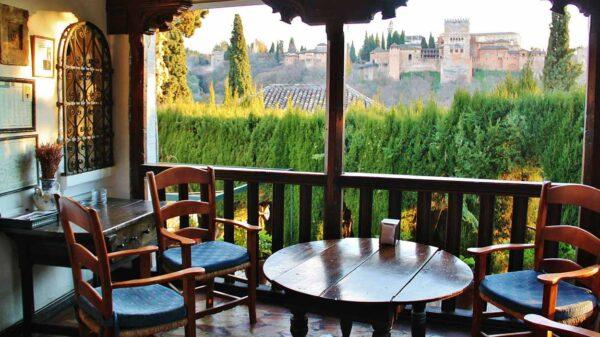 Alhambra de Granada desde un cármen en el barrio de Albaicín