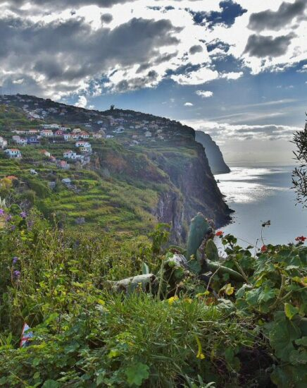 Acantilados en la isla de Madeira en Portugal