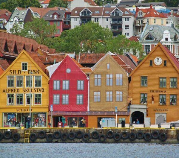 Barrio de Bryggen en Bergen en Fiordos de Noruega