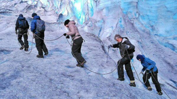 Trekking en el glaciar Jostedal en los fiordos de Noruega