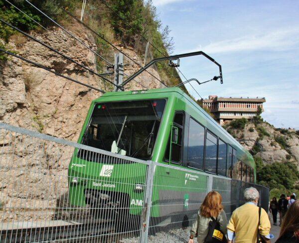 Tren cremallera para subir al monasterio de Montserrat cerca de Barcelona
