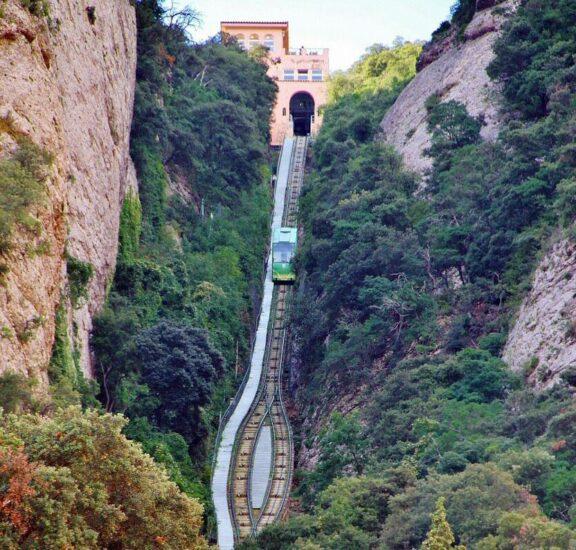 Tren cremallera para subir a la montaña de Montserrat