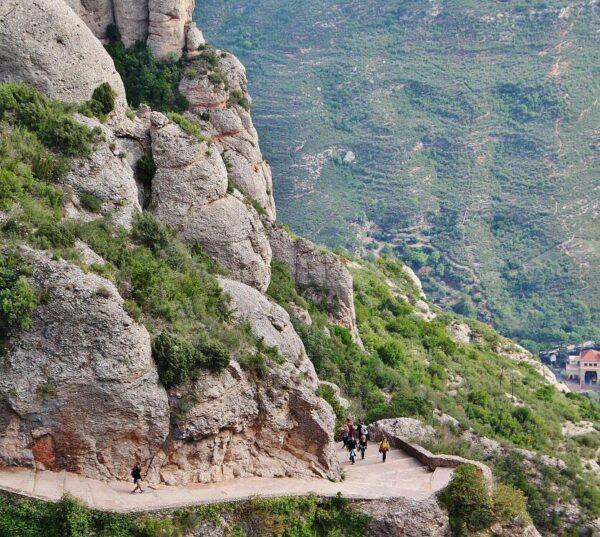 Sendero para subir al monasterio de Montserrat cerca de Barcelona