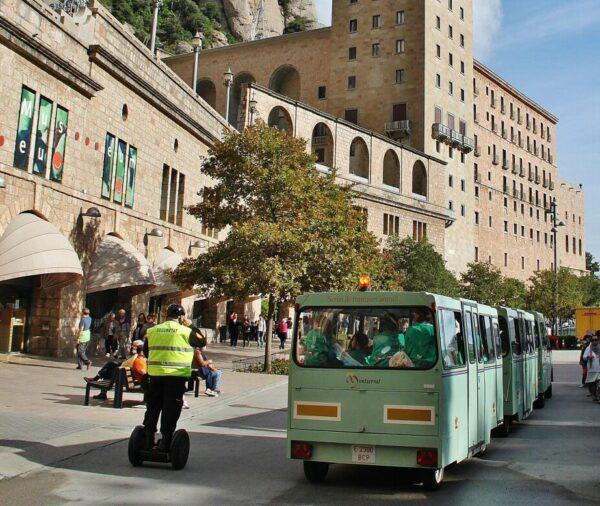 Tren turístico en el Monasterio de Montserrat cerca de Barcelona