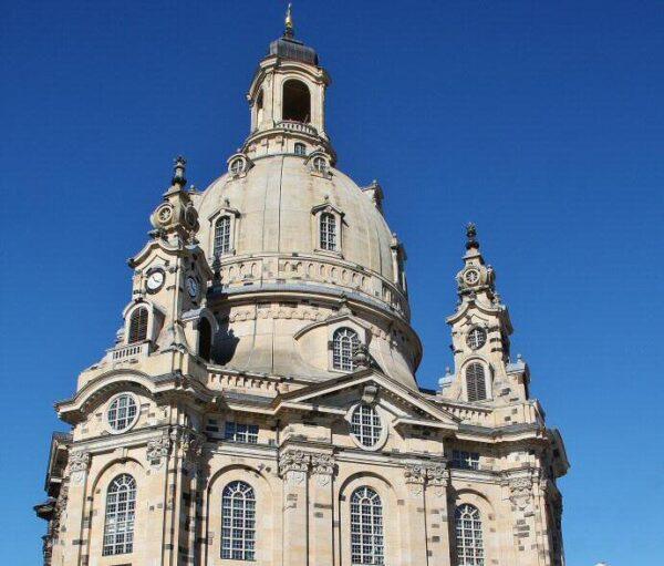Cúpula de la iglesia Frauenkirche en la plaza Neumarkt de Dresde