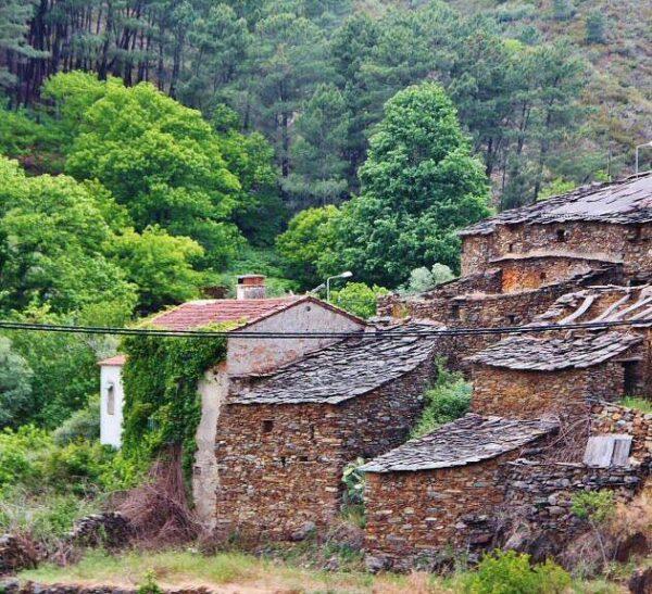 Arquitectura negra de pizarra en Aceitunilla en Las Hurdes