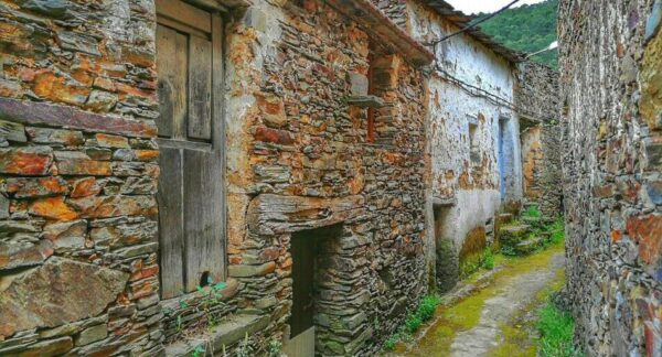 Arquitectura negra de pizarra en El Gasco en Las Hurdes