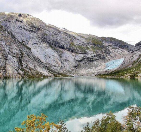 Laguna junto al glaciar Jostedal en Noruega