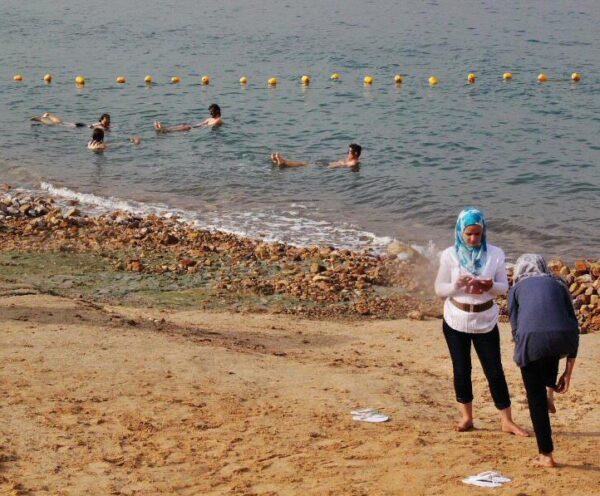 Baño en el Mar Muerto en Jordania