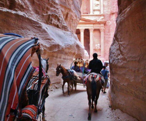 Tesoro de Petra en Jordania desde el desfiladero Siq
