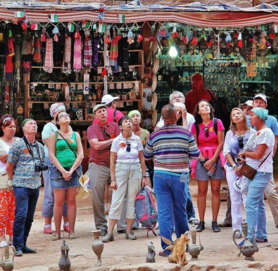 Turistas en camello en el Tesoro de Petra en Jordania