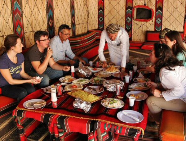Comida en tiendas beduinas en el desierto Wadi Rum en Jordania