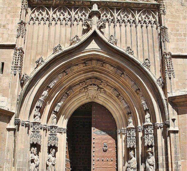 Puerta de los Apóstoles en la Catedral de Murcia