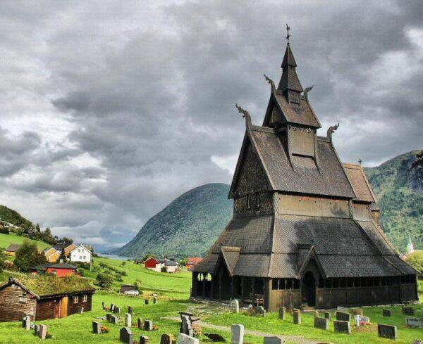 Iglesia de Hopperstad en Vik en los fiordos noruegos